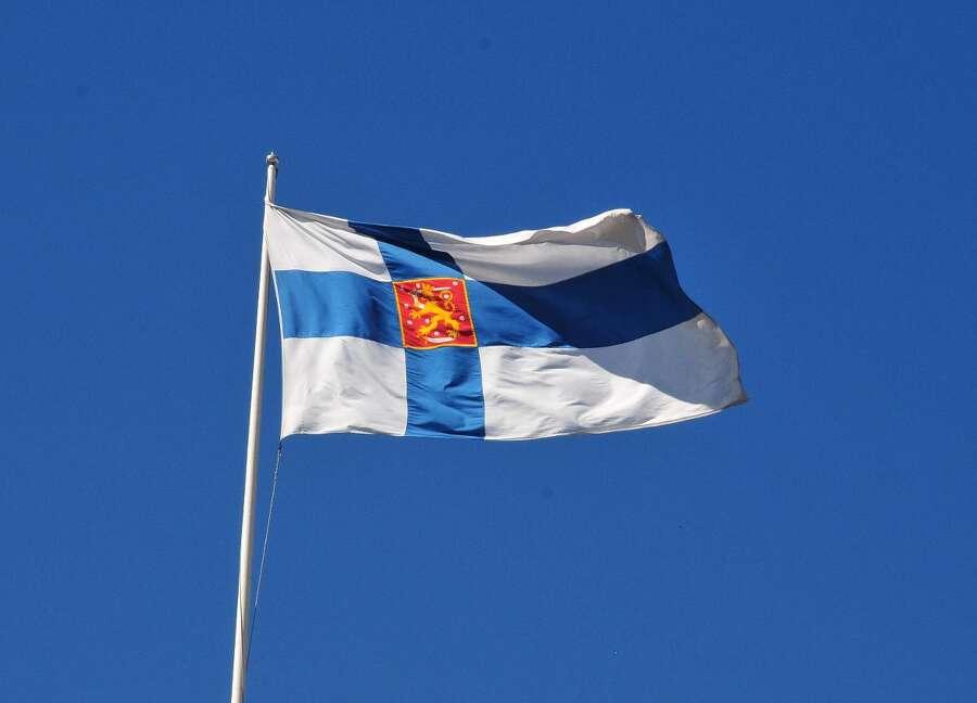 Arkistojuttu: Suomen lippu täyttää tänään sata vuotta – luonnokset piti kiikuttaa märkinä ...