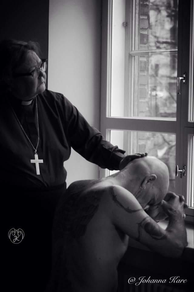 Piispa siunaa vankilakundin