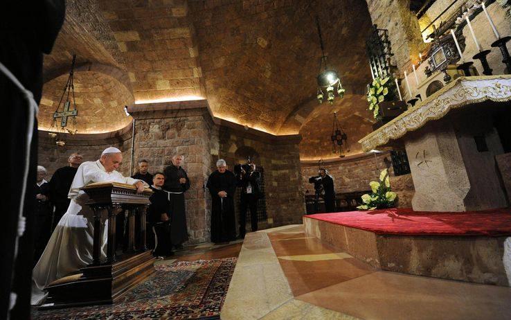Paavi poseeraa kirkossa