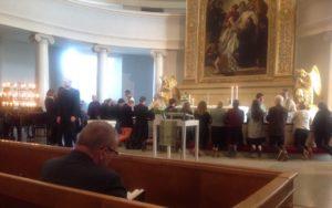 Eripurainen ja moniääninen papisto liikuttavan yksimielisenä ehtoollispöydässä: Jeesus on Herra!