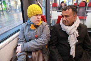 Tytti ja Matrika istuvat raitiotievaunussa vierekkäin.